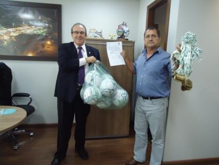 Deputado Jonas Guimarães destina materiais esportivos e cadeira de rodas para Andirá